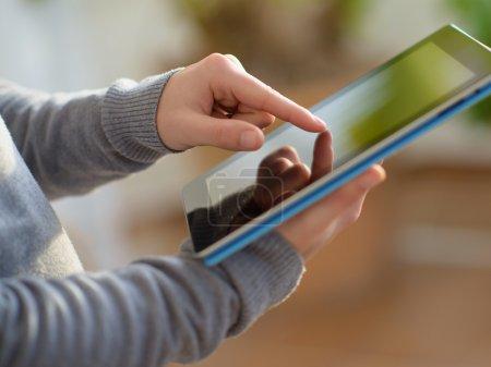 Photo pour Gros plan d'une main tenant une tablette numérique, à l'intérieur - image libre de droit