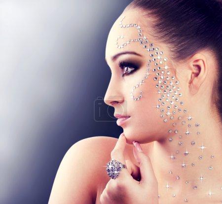 Foto de Retrato de una chica hermosa con diamantes - Imagen libre de derechos