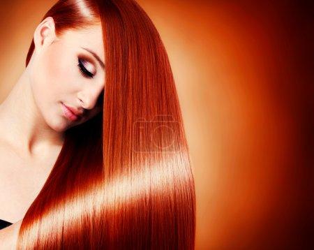 Photo pour Belle fille aux cheveux longs et sains, gros plan - image libre de droit