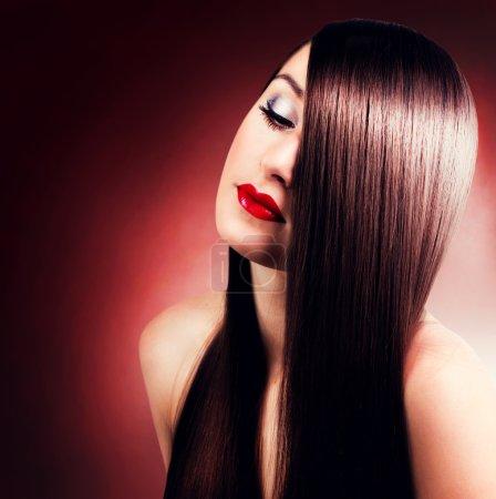 Photo pour Portrait de belle fille aux cheveux longs - image libre de droit