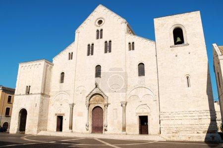 Photo pour La basilique Saint-Nicolas, de style roman, à Bari a été construite là où était auparavant la résidence du gouverneur byzantin d'Italie - image libre de droit