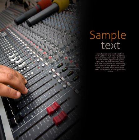 Photo pour Détail des contrôles d'une console de mixage audio - image libre de droit