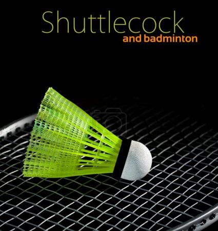 Photo pour Shuttlecock et badminton en gros plan sur fond sombre - image libre de droit