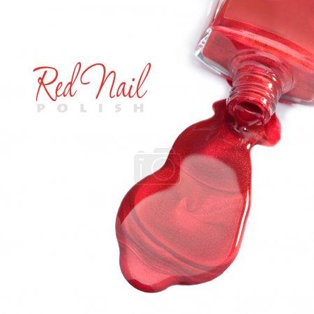 Photo pour Vernis à ongles rouge sur fond blanc avec un espace pour le texte - image libre de droit