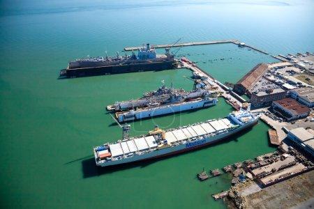 Photo pour SAN FRANCISCO, États-Unis-26 OCTOBRE 2011 : San Francisco Ship Repair offre les deux plus grands cales sèches flottantes de la côte ouest des États-Unis, soit 14 et 66 000 tonnes. Il est certifié par le gouvernement des États-Unis NAVSEA et les processus approuvés pour tous les types de soudage - image libre de droit