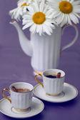 Krásné heřmánku a šálek kávy