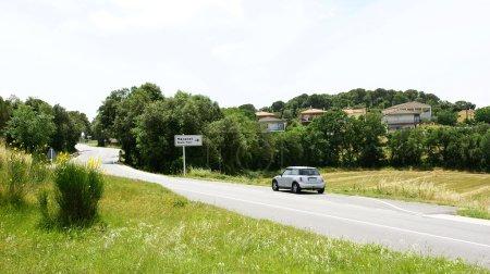 Photo pour Panoramique de route secondaire avec urbanisation de chalets à Gérone, Espagne - image libre de droit