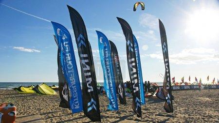 Photo pour Bannières de publicité et de la communication dans la plage de castelldefels, Barcelone - image libre de droit