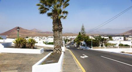 Photo pour Route déserte dans le paysage volcanique de lanzarote, îles Canaries - image libre de droit