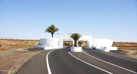 Photo pour Route isolée dans un paysage volcanique, Lanzarote, Îles Canaries - image libre de droit