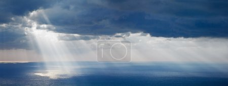helles Sonnenlicht über dem Ozean