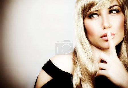 Photo pour Photo de jolie femme expression silencieuse, image du geste de hush Voir la mystérieuse jeune fille, closeup portrait de jeune maman signer Chut, image d'une femme blonde avec le doigt - image libre de droit