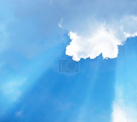 Foto de Foto de azul cielo nublado, rayo de sol a través de nubes blancas mullidas, clima cálido verano, Dios en el cielo, Resumen Antecedentes, hermosa cloudscape, paisaje skyscape, Bril - Imagen libre de derechos