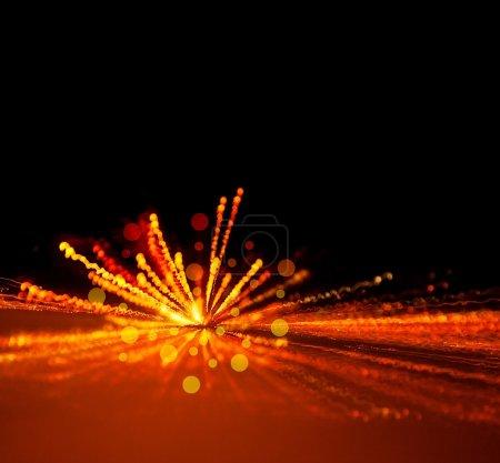 Photo pour Image de fond de lumières de vacances, feu d'artifice festif, fond flou abstrait, fête d'anniversaire, éclair de lumière jaune vif, veille de Noël, nuit sombre avec des étincelles lumineuses, moi - image libre de droit