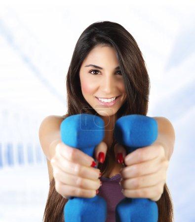 Foto de Foto de atractiva mujer deportiva elevación mancuerna, mujer activa haciendo ejercicio fitness interior, aislado sobre fondo blanco, saludable estilo de vida, formación y pérdida de peso, gimnasia del deporte, salud y belleza - Imagen libre de derechos