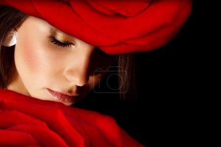 Photo pour Image de chapeau floral élégant port de femmes glamour, closeup portrait de belle femme arabe avec une rose rouge sur la tête isolée sur fond noir, les yeux fermés, Saint-Valentin, salon de beauté - image libre de droit