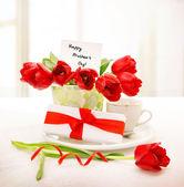 Frische rote Tulpen für Mama