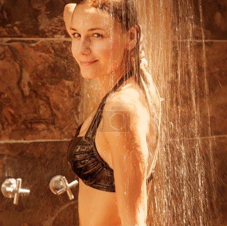 Photo pour Séduisante jeune femme souriante prendre douche, notion de fraîcheur et de pureté, spa de jour, l'heure d'été saison, mode de vie sain - image libre de droit
