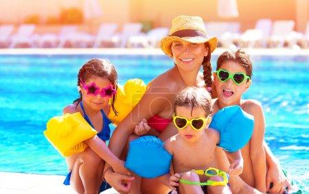 Photo pour Héhé gros s'amuser à la piscine, passer des vacances d'été ensemble, porter des lunettes de soleil colorés drôles, de jouissance et de notion de plaisir - image libre de droit