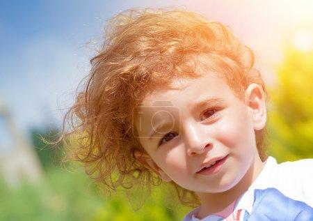 Foto de Closeup retrato de niño adorable dulce al aire libre, divertirse en el parque, relajación en el patio trasero, niñez activa, concepto de felicidad - Imagen libre de derechos
