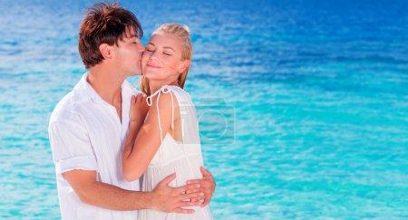 Foto de Feliz pareja besándose en la playa, familia joven enamorado pasar vacaciones de luna de miel en una islas, viaja alegre activa jóvenes divirtiéndose en verano, alegría del concepto de vida - Imagen libre de derechos