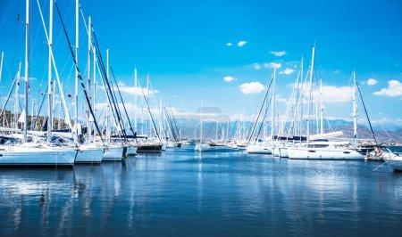 Photo pour Port de voilier, beaucoup de beaux voiliers amarrés dans le port de la mer, transport maritime moderne, vacances d'été, style de vie de luxe et concept de richesse - image libre de droit