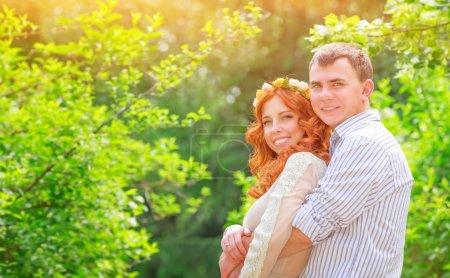 Photo pour Portrait de beau couple amoureux étreignant dans la journée ensoleillée dans le parc, jour de mariage heureux, nouveau concept de famille - image libre de droit