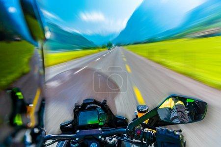 Photo pour Mouvement lent de la moto sur l'autoroute montagneuse, sport extrême, randonnée le long des Alpes, aventure estivale, concept de vitesse - image libre de droit