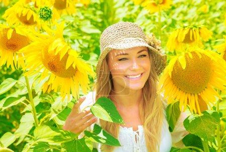 Photo pour Portrait de fille mignonne dans un beau champ de tournesol frais, fleurs jaunes geat, profiter de la nature européenne, Italie, Toscane, concéder des vacances d'été - image libre de droit