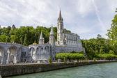 Die Basilika von Lourdes am gab de Pau Fluß