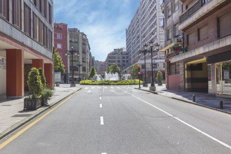 Photo pour Avenue à la mode dans une ville complètement vide - image libre de droit
