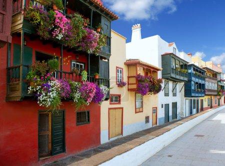 Photo pour Fleurs coloniale de Santa cruz de la palma maison de façades dans les îles Canaries - image libre de droit