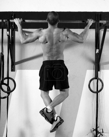 Photo pour Crossfit orteils pour bar homme pull-ups 2 bars exercice d'entraînement à la salle de gym - image libre de droit