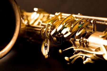 Photo pour Tenor sax or saxophone macro avec mise au point sélective sur fond noir - image libre de droit