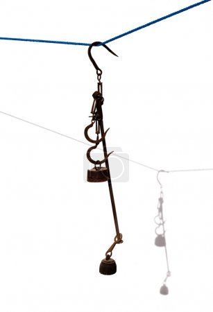 Photo pour Antique échelles fer rouillé avec des poids sur blanc avec ombre - image libre de droit