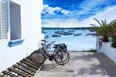 Estany des peix à formentera avec terrain de stationnement de vélos