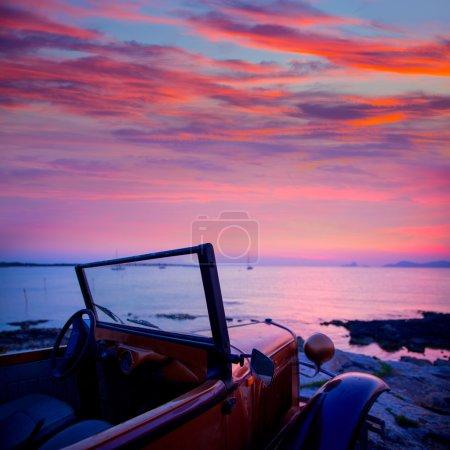 Photo pour Vue coucher de soleil Ibiza de voitures anciennes à l'île de formentera en Iles Baléares - image libre de droit