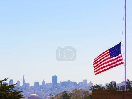 Photo pour San francisco brumeux avec États-Unis drapeau avant-plan Californie - image libre de droit