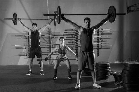 Photo pour Entraînement de groupe haltères haltérophilie exercer comme boîte de gym - image libre de droit