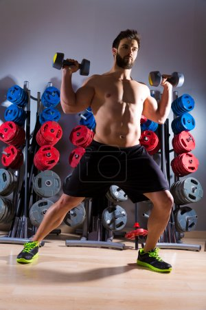 Photo pour Haltère homme séance d'entraînement club de fitness à la salle de musculation - image libre de droit