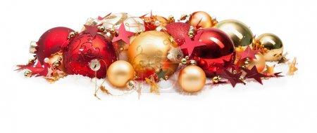 Photo pour Boules de Noël couleur rouge et or avec des étoiles sur fond blanc - image libre de droit