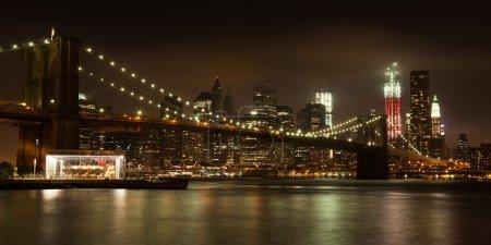 Photo pour Vue panoramiques sur les toits de manhattan de nuit du parc de brooklyn bridge - usa - image libre de droit