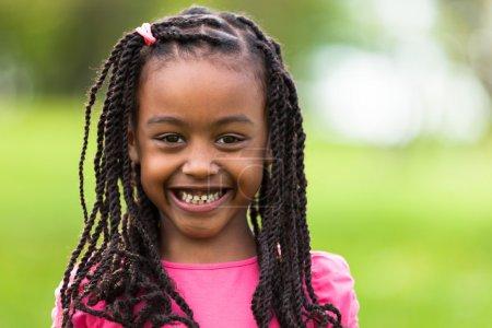 Photo pour Portrait extérieur en gros plan d'une jolie jeune fille noire souriante - Africaine - image libre de droit