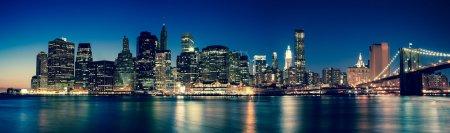 Photo pour New York - vue des gratte-ciel de Manhattan de nuit - image libre de droit