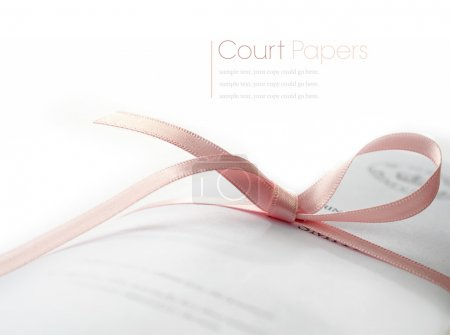 Photo pour Macro Studio de papiers de cour légaux attachés avec ruban rose avec des ombres douces sur une surface blanche. Espace de copie . - image libre de droit