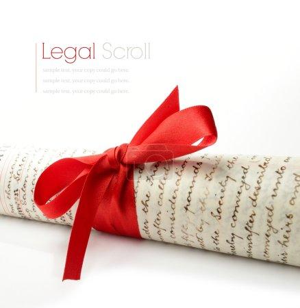 Photo pour Macro Studio de papiers de cour légaux attachés avec ruban rouge avec des ombres douces sur une surface blanche. Espace de copie . - image libre de droit
