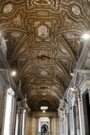 Photo pour Vue détaillé plafond artistique du couloir menant à l'entrée de la Basilique Saint-Pierre du Vatican. - image libre de droit