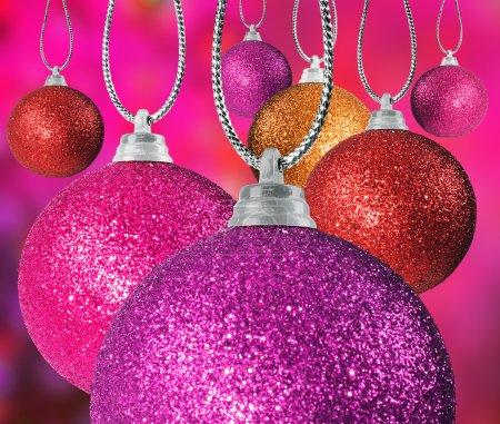 Photo pour Gros plan de coloré Noël baulble ballsin différentes tailles accrochées sur des chaînes - image libre de droit