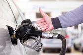Benzín je čerpána do auta pro motorová vozidla