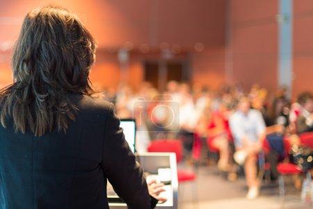 Photo pour Femme d'affaires enseigne à la Conférence. public à la salle de conférence. - image libre de droit